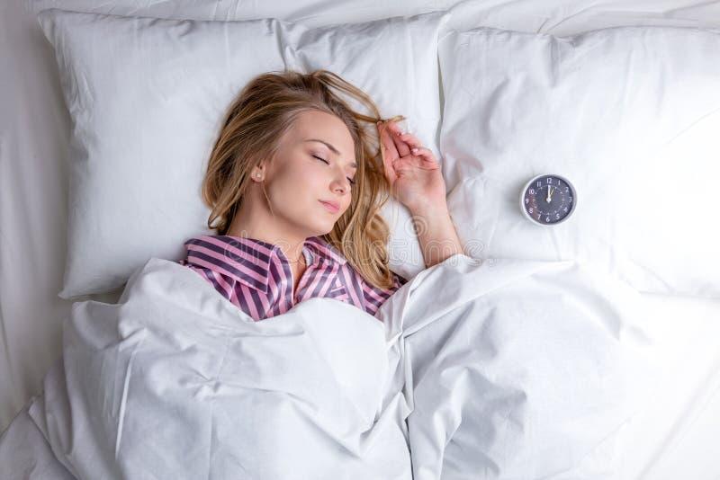 sova kvinna f?r h?rligt underlag fotografering för bildbyråer