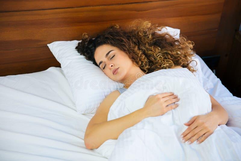 sova kvinnabarn för härligt underlag royaltyfri bild
