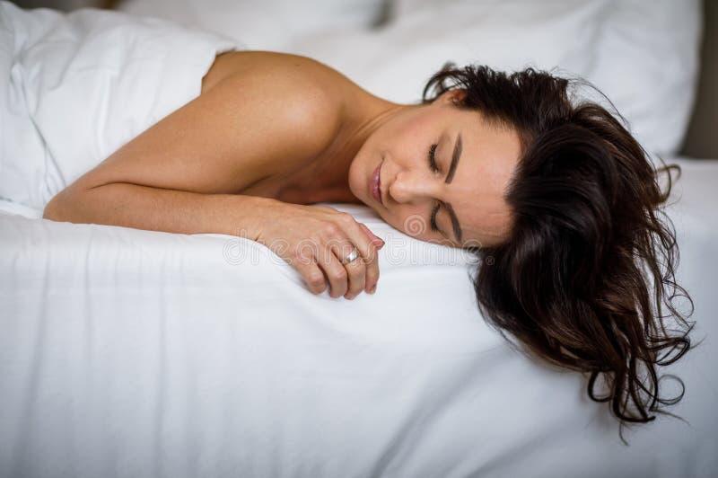 sova kvinnabarn f?r underlag royaltyfri fotografi