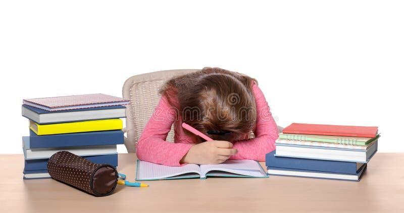 Sova lilla flickan som tröttas av att göra läxa arkivbilder