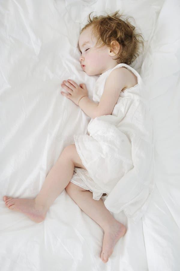 Sova litet barn för förtjusande flicka