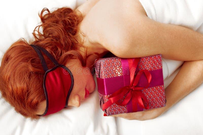 Sova med gåvaasken arkivfoto