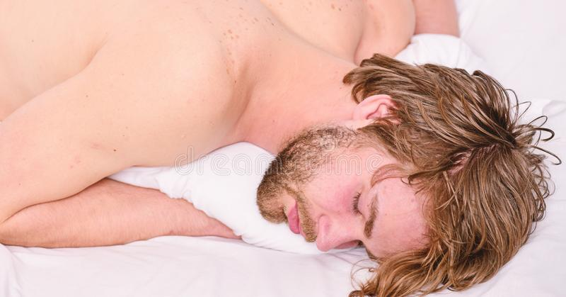 Sova och koppla av begreppet Stilig grabbs?mn f?r man S?mn ?r livsviktig till dina fysiskt och mentala h?lsor Sunda s?mnvanor royaltyfri bild
