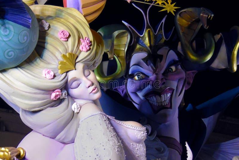 Sova skönhet med den onda häxan som ser henne Färgrik kvinna i blont hår med den härliga klänningen Jäkel med stort leende visar  royaltyfri bild