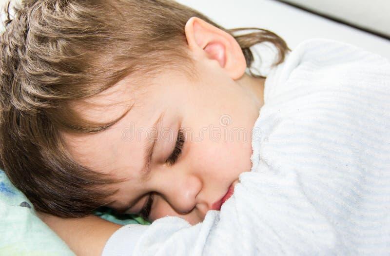 Sova sund sömn för pojkeson vila royaltyfri foto