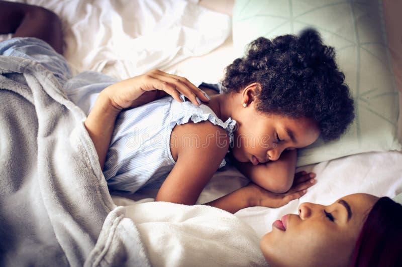 sova tillsammans Från över arkivbilder