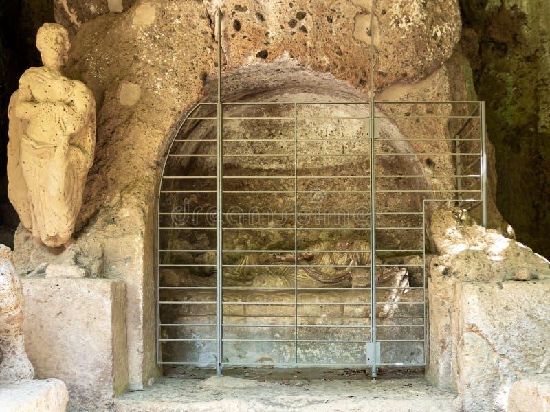 SOVANA, ITÁLIA JULHO DE 2019 - o túmulo dos demônios voados Sobras da civilização de Etruscan na necrópolis de Etruscan de fotografia de stock