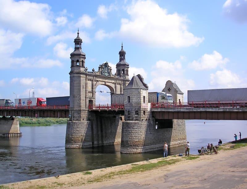 SOVETSK, RUSSLAND Bewegung von LKWs entlang der Brücke der Königin Louise Ein Haus mit einem blauen Dach lizenzfreie stockfotos