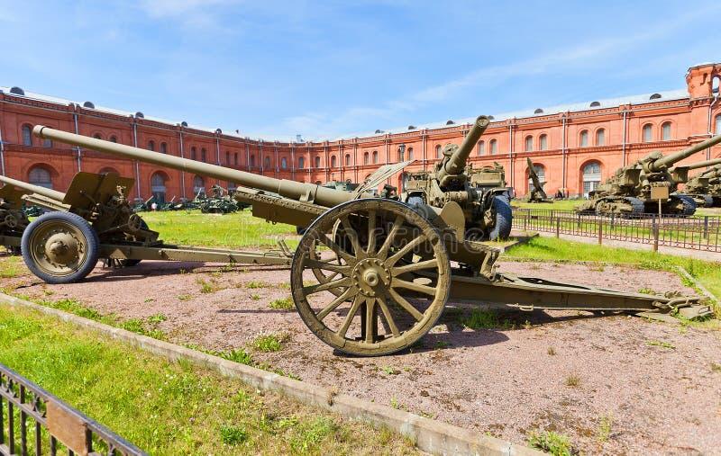 Soviet arma divisional M1933 de 76 milímetros fotos de archivo
