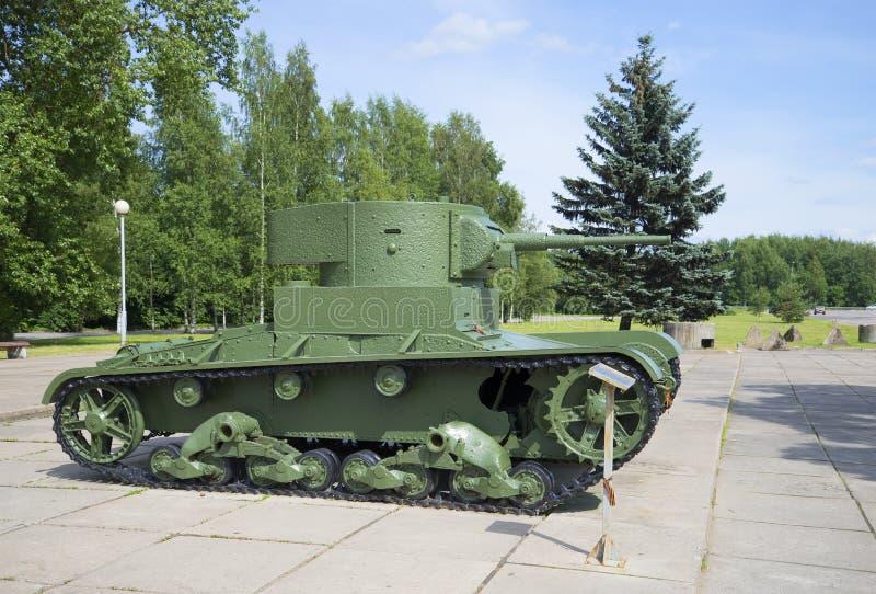 Sovjet lichte die tank t-26, in de museum-Diorama onderbreking van de blokkade van Leningrad wordt geïnstalleerd De winter royalty-vrije stock fotografie