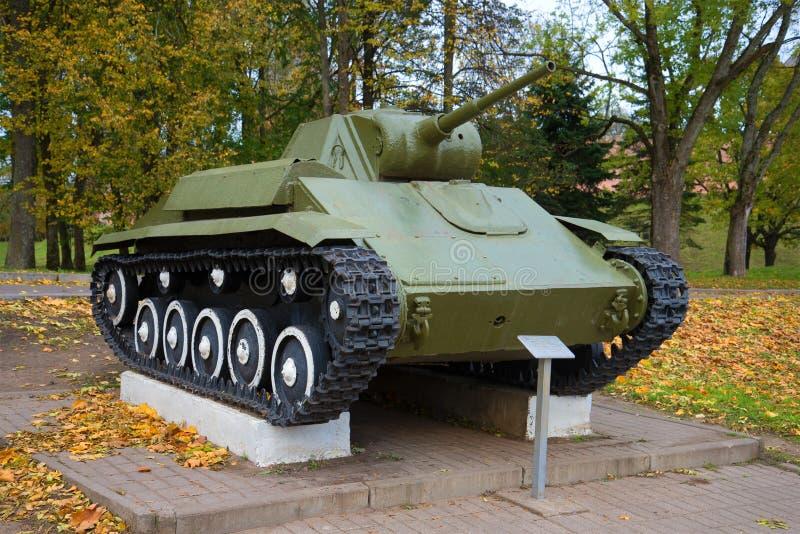 Sovjet lichte tank t-70M, Oktober-dag Een fragment van het gedenkteken van Overwinning in de Grote Patriottische Oorlog royalty-vrije stock foto's