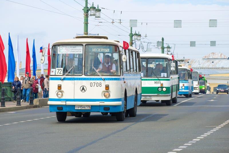 Sovjetisk buss LAZ-695 i en kolonn av bussar av den Lviv bussväxten arkivbild
