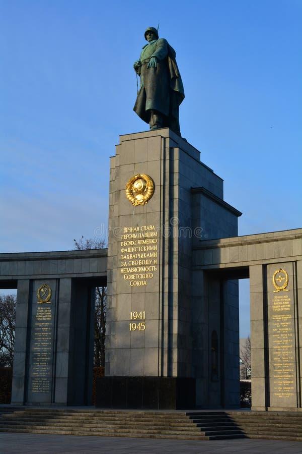 Sovjetisk krigminnesmärke (Tiergarten) i Berlin royaltyfria foton
