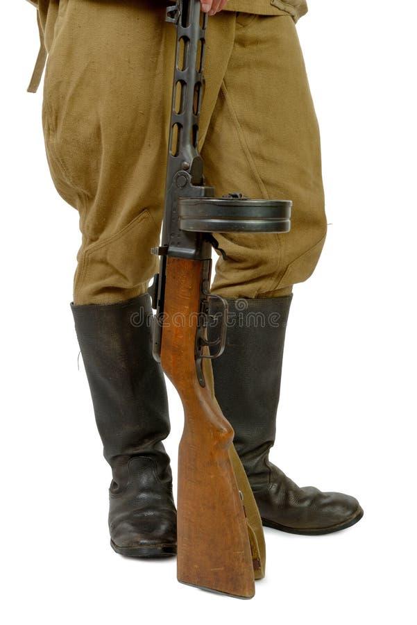 Sovjetisk kulsprutepistol på foten av en soldat arkivfoto