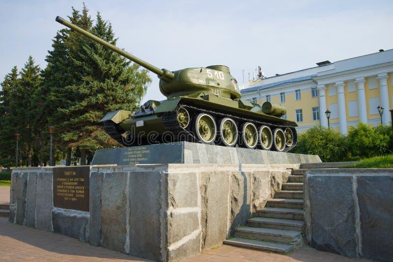 Sovjetisk medelbehållare T-34 på en sockel arkivbilder