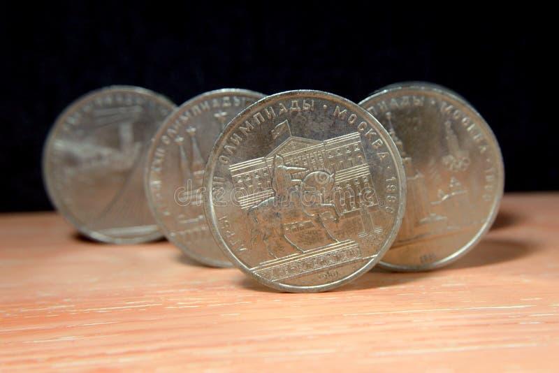 Sovjetisk myntmonument till prinsen Dolgoruky mot Moskvarådbyggnaden arkivfoton