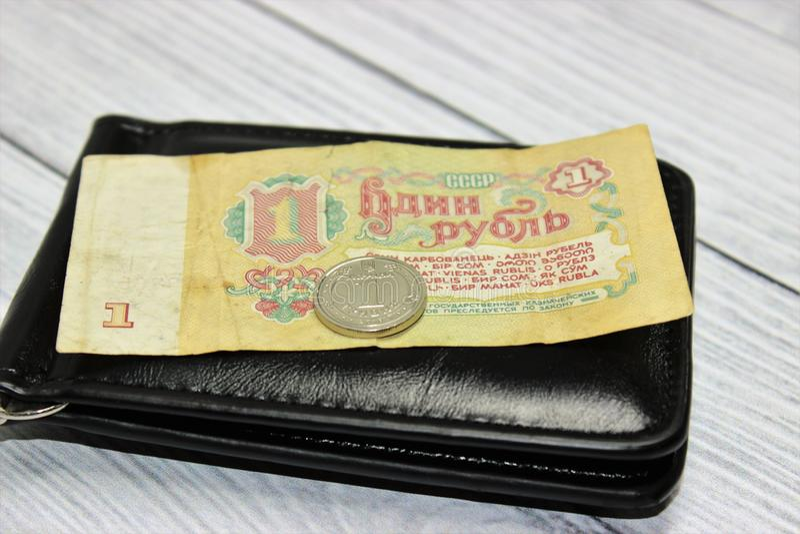 Sovjetisk rubel och ukrainsk hryvnialögn på handväskan arkivbilder