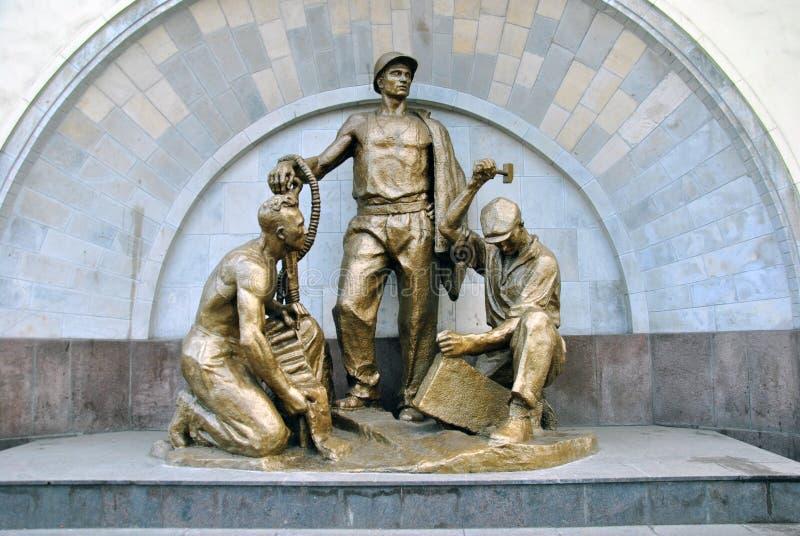 Sovjetisk skulptur som är hängiven till gruvarbetare och byggmästare av Moskvatunnelbanan fotografering för bildbyråer