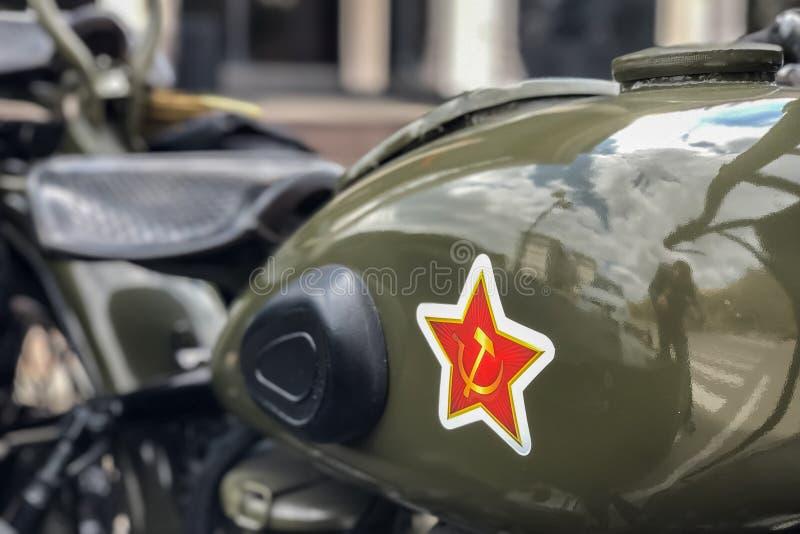 Sovjetisk stjärna och hammare och skära på gasbehållaren av den sovjetiska motorcykeln URAL, närbild fotografering för bildbyråer