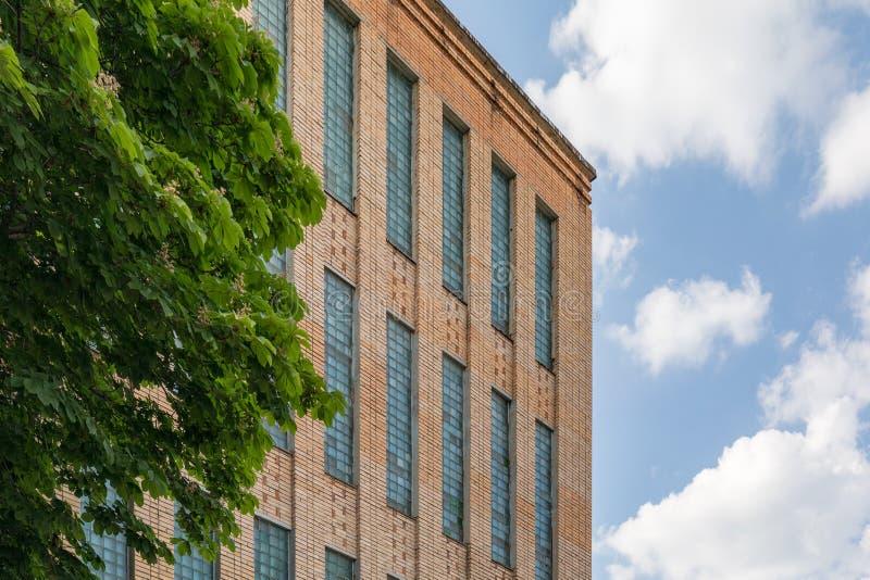 sovjetiska akademiarkitekturriga vetenskaper Tegelstenbyggnad med fönster för exponeringsglaskvarter Arkitektur av Ryssland royaltyfria foton