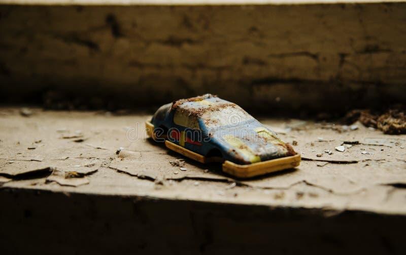Sovjetiska leksaker av den rostiga bilen i Tjernobyl nukleär katastrofområde arkivbild