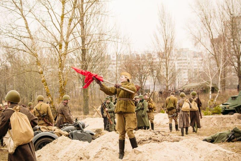 Sovjetmilitair jong meisje met rode overwinningsvlag Gomel, Wit-Rusland royalty-vrije stock foto's