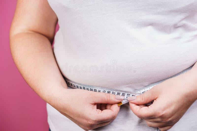 Sovrappeso, perdita di peso, dieta Fine grassa della donna su immagine stock libera da diritti