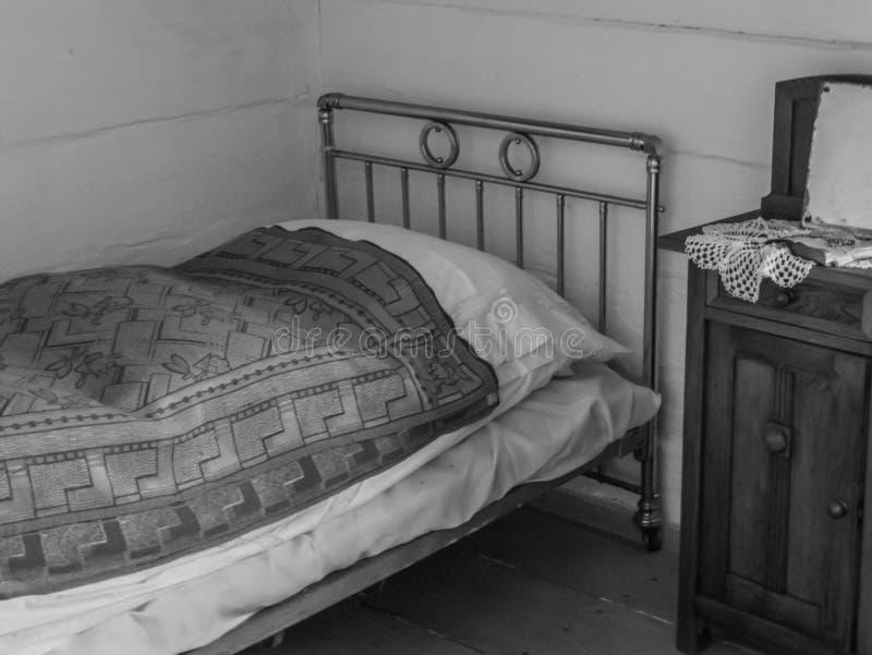 Sovrum av ett gammalt hus i bygden arkivbilder