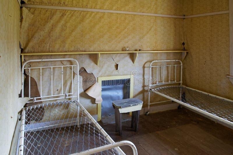 Sovrum i ett övergett hus, Nya Zeeland royaltyfri foto