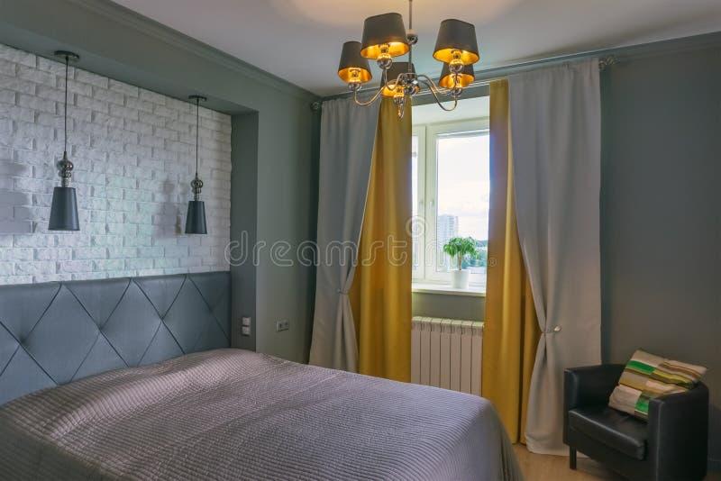 Sovrum i grå färg- och gulingsignaler royaltyfria bilder
