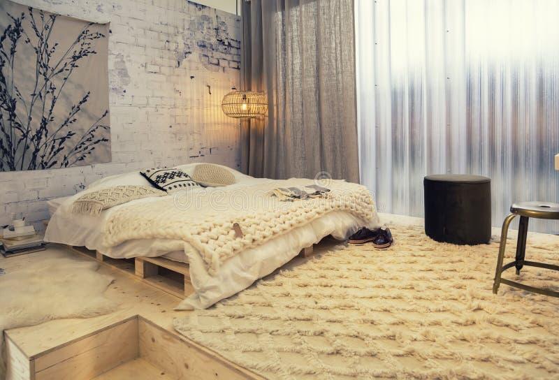 Sovrum i landsstil royaltyfri fotografi