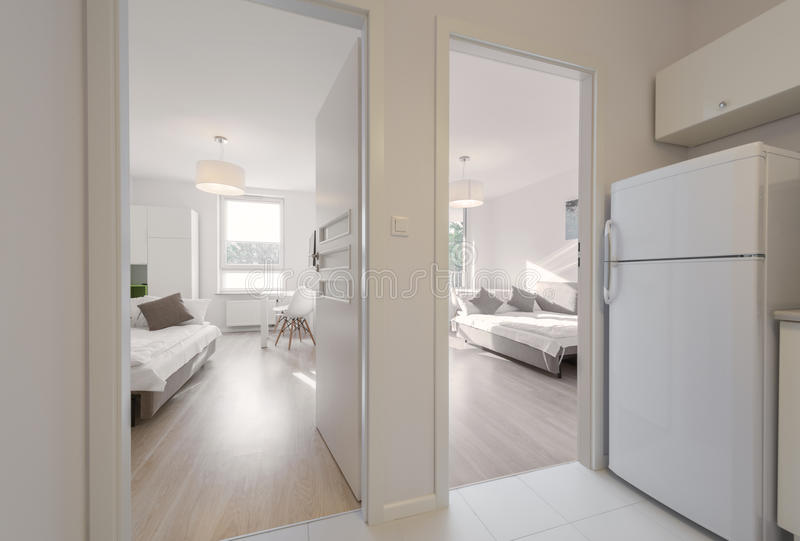 Sovrum i modern lägenhet royaltyfri fotografi