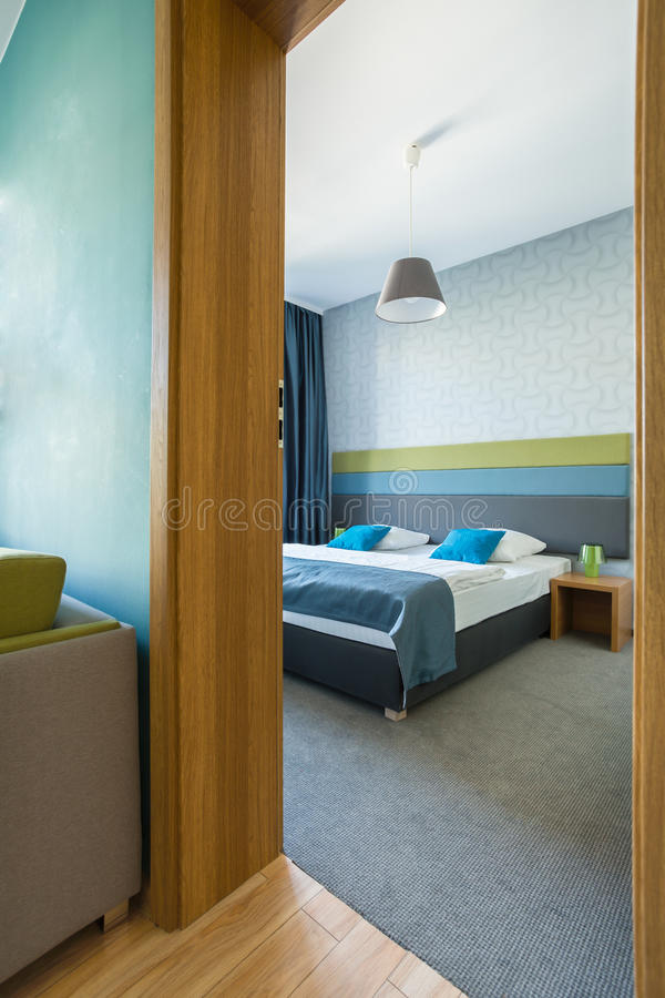 Sovrum i ny lägenhet arkivbilder