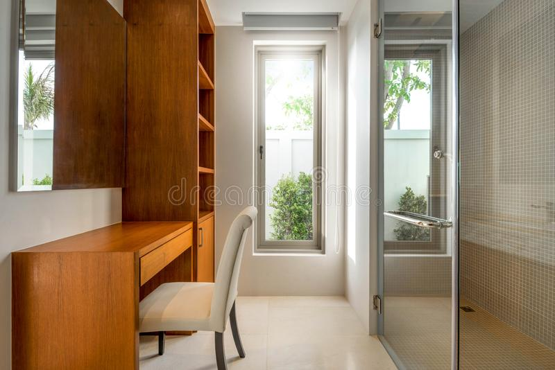 Sovrum inre, design, hem, modernt som är vitt, säng, lägenhet, rum, möblemang, dekor, stil, hus, slags tvåsittssoffa, vägg, garne arkivbild