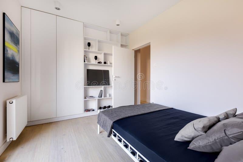 Sovrum med den stor garderoben och säng royaltyfri bild