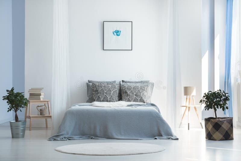 Sovrum med minimalist bohemisk design arkivfoto