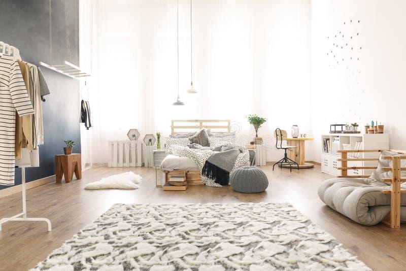 Sovrum med palettsäng arkivbilder