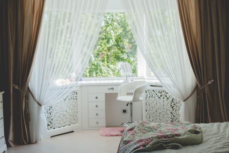 Sovrum med säng och fönstret royaltyfri bild