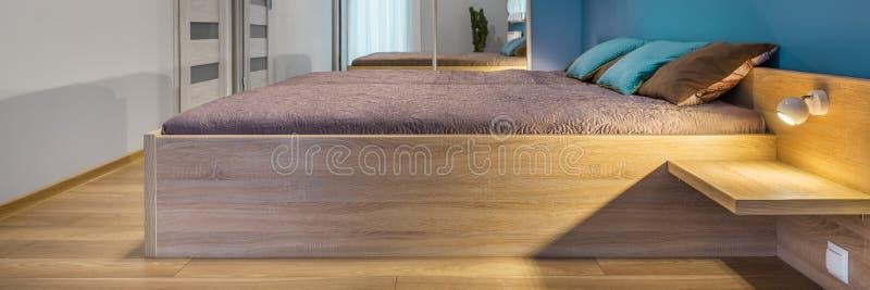 Sovrum med stor säng arkivfoto