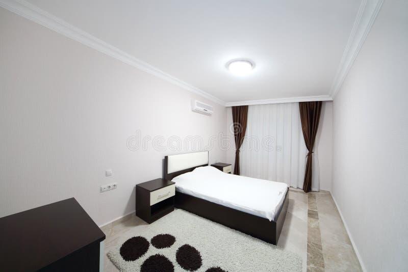Sovrum med två sängar royaltyfri foto