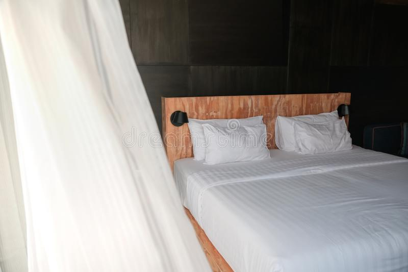 Sovrumbild med naturligt dagsljus, sommarvind som blåser i gardin arkivfoton