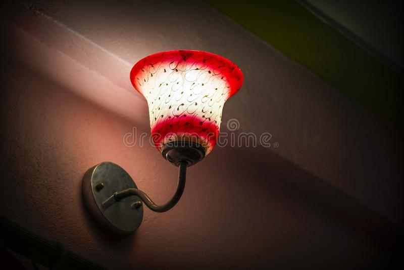 Sovrumlampa med sikt för låg vinkel för lampskugga royaltyfri fotografi