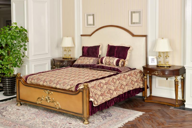 Sovrummet hyr rum möblemang i lyxigt hus royaltyfria foton