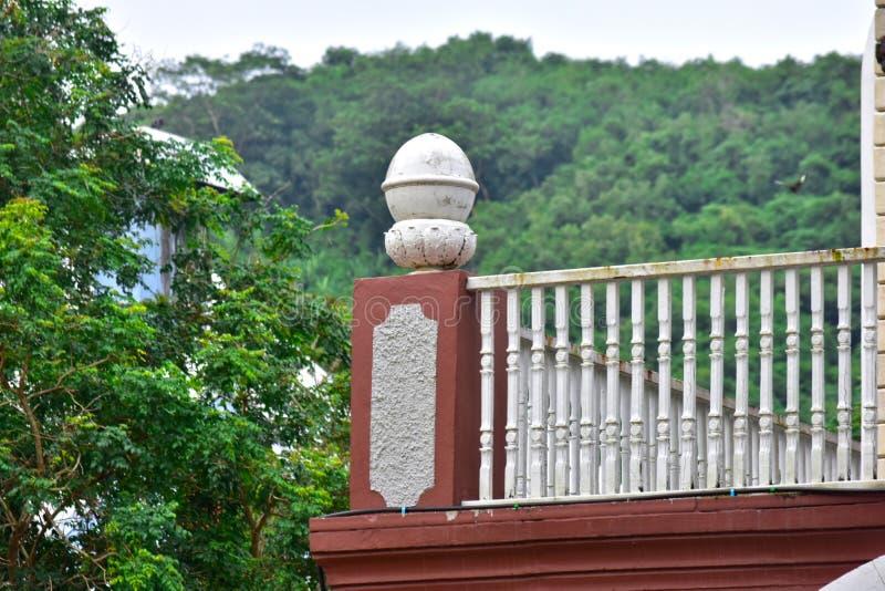 Sovrumsidobalkong med berget och skogen arkivfoton