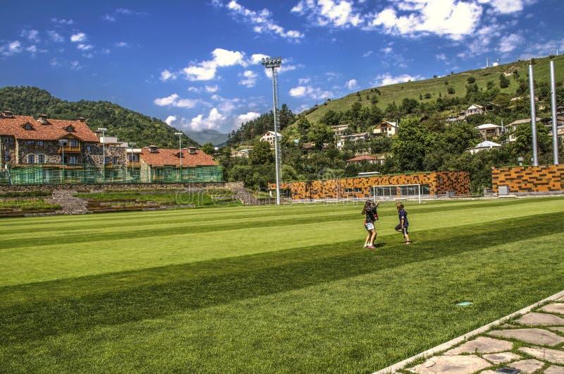Sovsalar för studenter av den internationella högskolan nära fotbollfältet och förorten av Dilijan på en kulle med privat H royaltyfria bilder