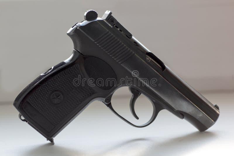 Sowjet-Makarow-Gewehr auf weißem Hintergrund lizenzfreie stockbilder