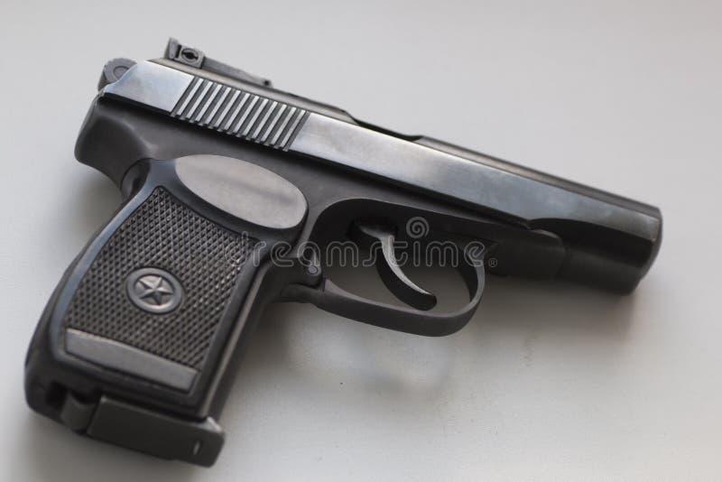 Sowjet-Makarow-Gewehr auf weißem Hintergrund lizenzfreie stockfotos