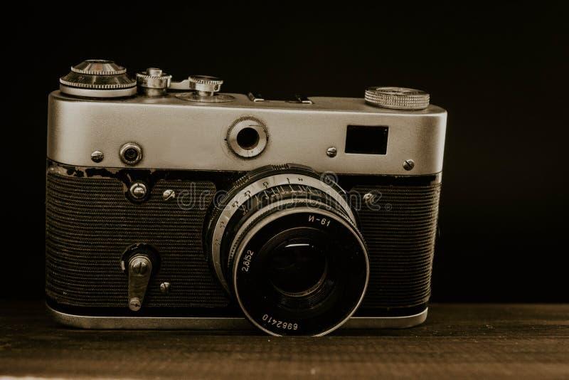 sowjetische Kamera der alten Weinlese mit Linse auf h?lzernem Hintergrund lizenzfreie stockfotografie