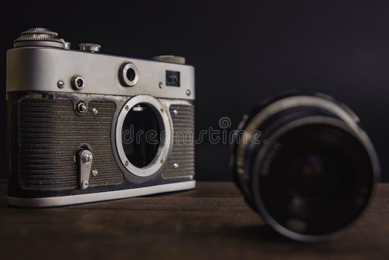 sowjetische Kamera der alten Weinlese mit Linse auf h?lzernem Hintergrund stockbilder