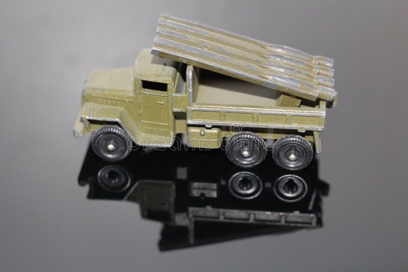 Sowjetische militärische Ausrüstung Katyusha Altes Spielzeug für Kinder lizenzfreie stockfotos